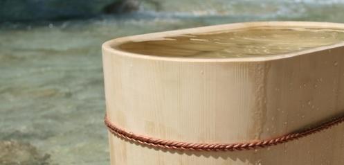 Naturbelassene Holzbadewannen aus japanischen Baumarten